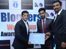 Nitesh Kripalani handing over the certificate to winners of LIV Sports Bloggers World Cup