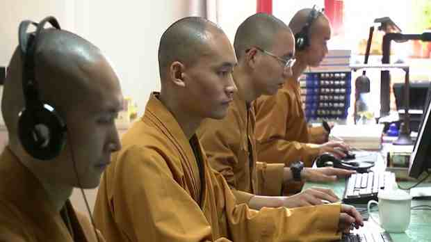 The monks at Longquan Temple use modern management and communication methods to promote Buddhist culture