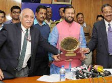 Minister for Human Resource Development, Prakash Javadekar receiving the Web Ratna - Digital India Award 2016, in New Delhi on December 21, 2016