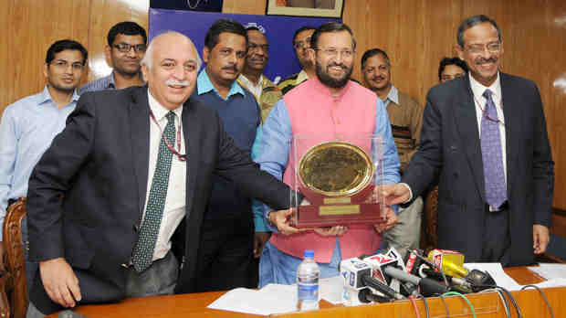 Minister for Human Resource Development, Prakash Javadekar receiving the Web Ratna - Digital India Award 2016, in New Delhi on December 21, 2016