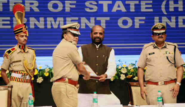"The Delhi Police Commissioner, Shri Amulya Patnaik presenting a memento to the Minister of State for Home Affairs, Shri Hansraj Gangaram Ahir, during the ""Cyber Safety and Digital awareness programme for senior citizens"", in New Delhi on July 05, 2018."