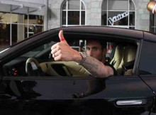 """Nissan""""Red Thumb Day"""" to Urge Drivers to Stop Texting and Driving"""