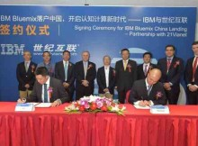 Ernie Hu, General Manager for Cloud and Software, IBM Greater China Group, and Ning Qi, Executive Vice President of 21Vianet Group, ink a deal to bring IBM's Bluemix Cloud Platform to China.