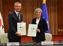NATO Secretary General Jens Stoltenberg and the Minister of Foreign Affairs of the Republic of Korea, Ms Kang Kyung-wha after signing the Individual Partnership and Cooperation Programme. Photo: NATO