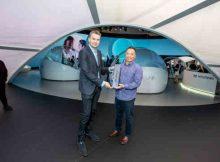 Alistair Weaver of Edmunds presents John Suh, Hyundai vice president and head of Hyundai CRADLE the 2019 Edmunds CES Tech Driven Award.